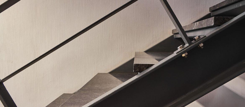 Floating concrete steps guide header